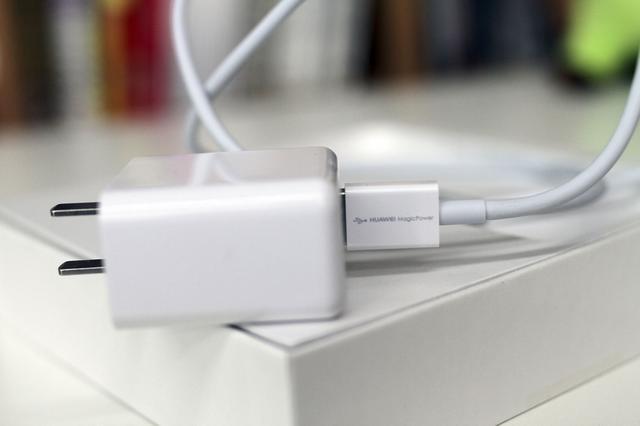 智能保护芯片,从而形成充电端到手机端的完善保护