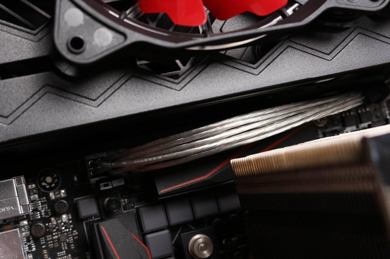 对于高端DIY玩家来说,装机都爱用自己定制的模组线,第一是线材颜色好搭配机箱及板卡的颜色,第二就是线的长度好控制方便北板内线材的梳理,讯景的这款ELEMENT Ti 镀银模组电源线算是国内首个为自己电源定制镀银模组线的厂商,线材为纯铜内芯,表面镀银处理,外皮为透明塑料材质,讯景的这款镀银线要比网上个人定制的镀银线粗一些,线的宽度为16AWG,换算成国内线材的尺寸为1.