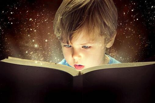 曾经我不是一个特别喜欢看书的人,有了小孩以后其实也没有特别留意过这方面,直到遇到了一个问题。当时我的小孩儿2岁多,正在咿咿呀呀学语,突然出现了口吃。当时老人就很着急,到底是怎么一回事呢?天生的?严重么?我翻阅了很多资料,找了很多书,然后发现书上都说的,在这个阶段,小孩儿确实有可能出现短暂性的口吃,那要怎么解决呢?就是战略上忽视他的口吃现象,然后多跟他讲话,讲故事。考虑到自己不太会凭空讲故事,就准备借用书籍来帮帮忙,这才开始研究孩子的绘本。哪知道,一研究就入迷了,发现现在孩子的绘本和我们印象里的小人书