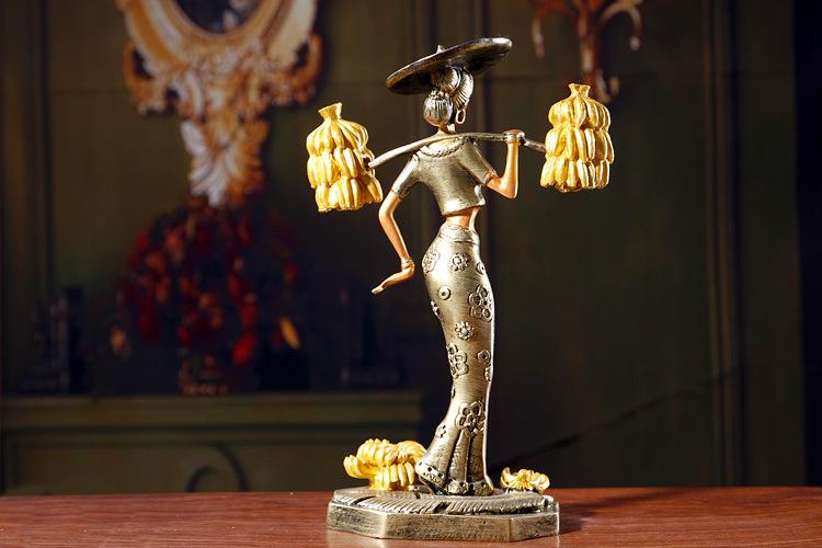 礼意绵绵 傣族女扁担挑芭蕉人物造型树脂工艺礼品摆件图片