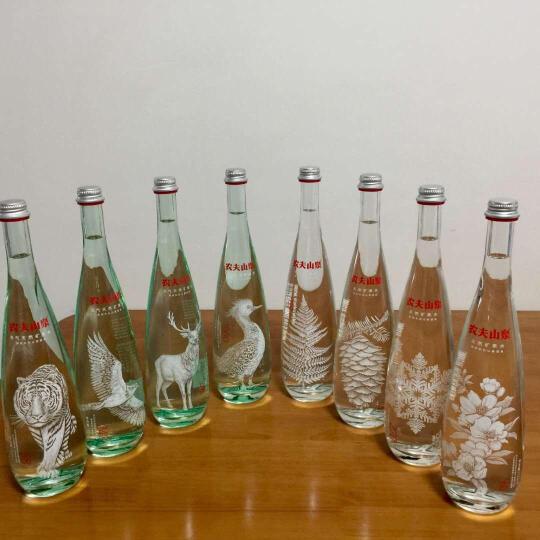 农夫山泉 高端充气天然矿泉水(玻璃瓶)750ml*8瓶 礼盒(图案随机) 晒单图