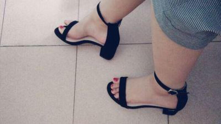 2018新款百搭性感露趾一字带凉鞋女夏粗跟韩版羊皮中跟女鞋简约高跟鞋大码鞋40-41-42 灰色5.5厘米D-7 40 晒单图