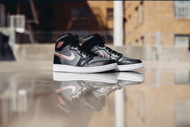 new products dc6b2 7122a Air Jordan 1 复古高帮男士篮球鞋更新了签名细节,提供同样的毛绒感和轻巧的合身。 全粒面皮革和绒面鞋面,橡胶外底,轻质缓冲。