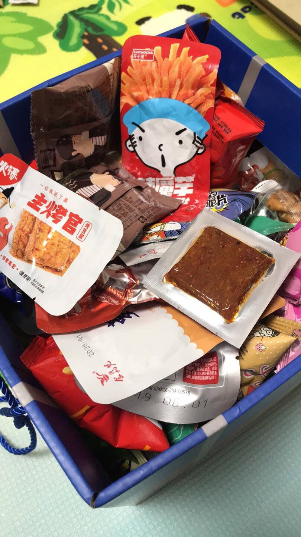 馋小贝休闲零食大礼包一整箱送女友女生儿童礼盒美食品辣条好吃的组合装豆干礼物2100g