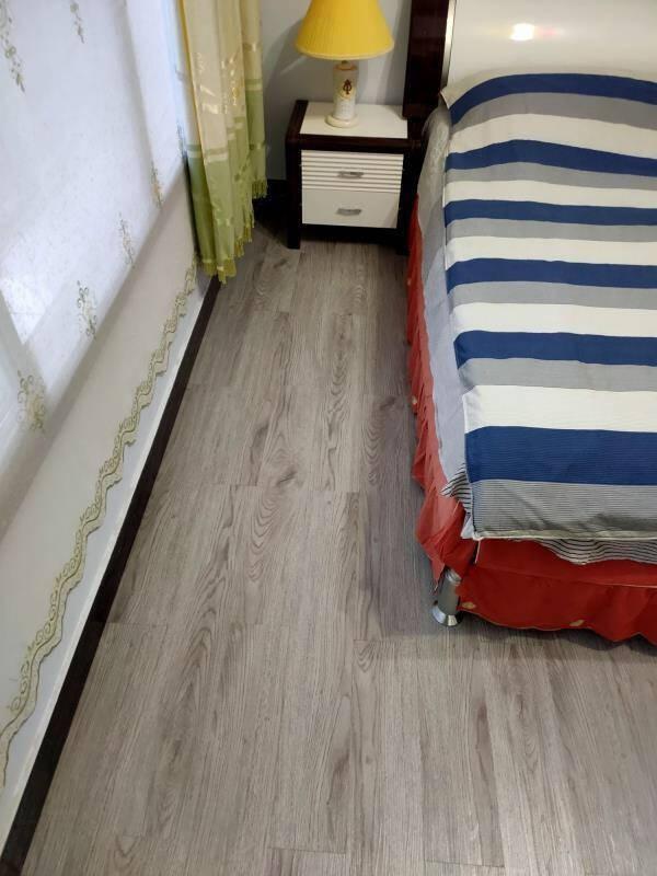 声帝地板革自粘PVC地板贴加厚耐磨家用水泥地强化复合木地板卧室宿舍1.8mm防静电地胶木纹806(1平方)1.8mm