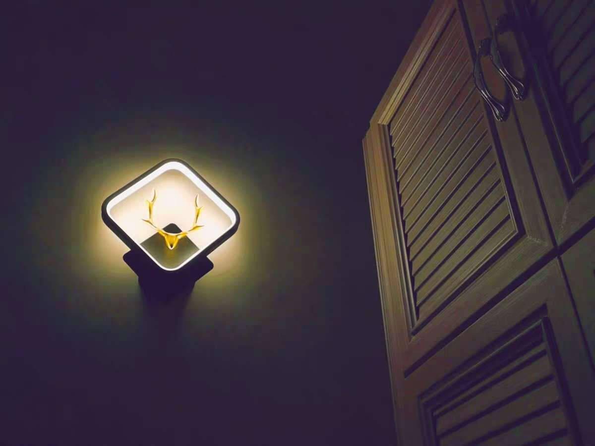 晏灯卧室床头led壁灯创意个性现代简约背景墙灯北欧轻奢过道走廊网红壁灯鹿头方框壁灯黑色灯框黑色