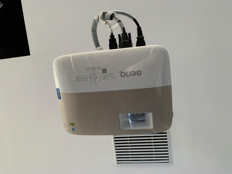 明基高流明智能投影机,大灯泡看着更清晰