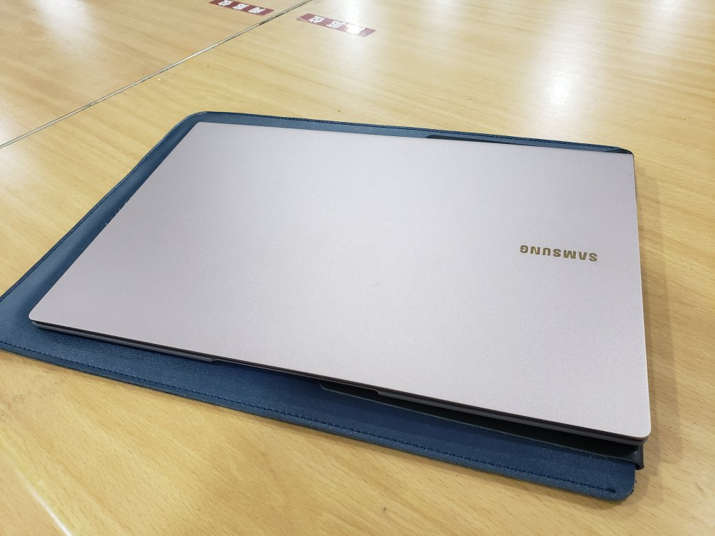 三星13.3英寸超轻薄笔记本,950g重量带来17小时续航