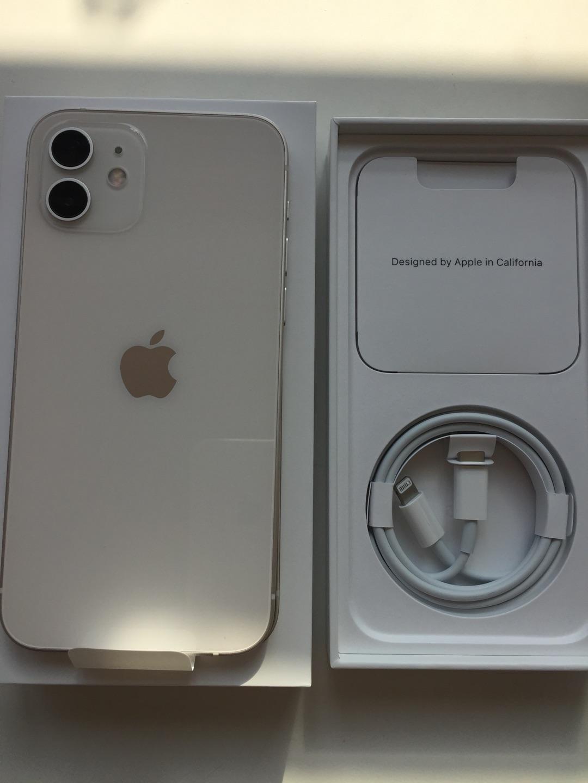 苹果iPhone 12智能手机,非常轻巧的手感