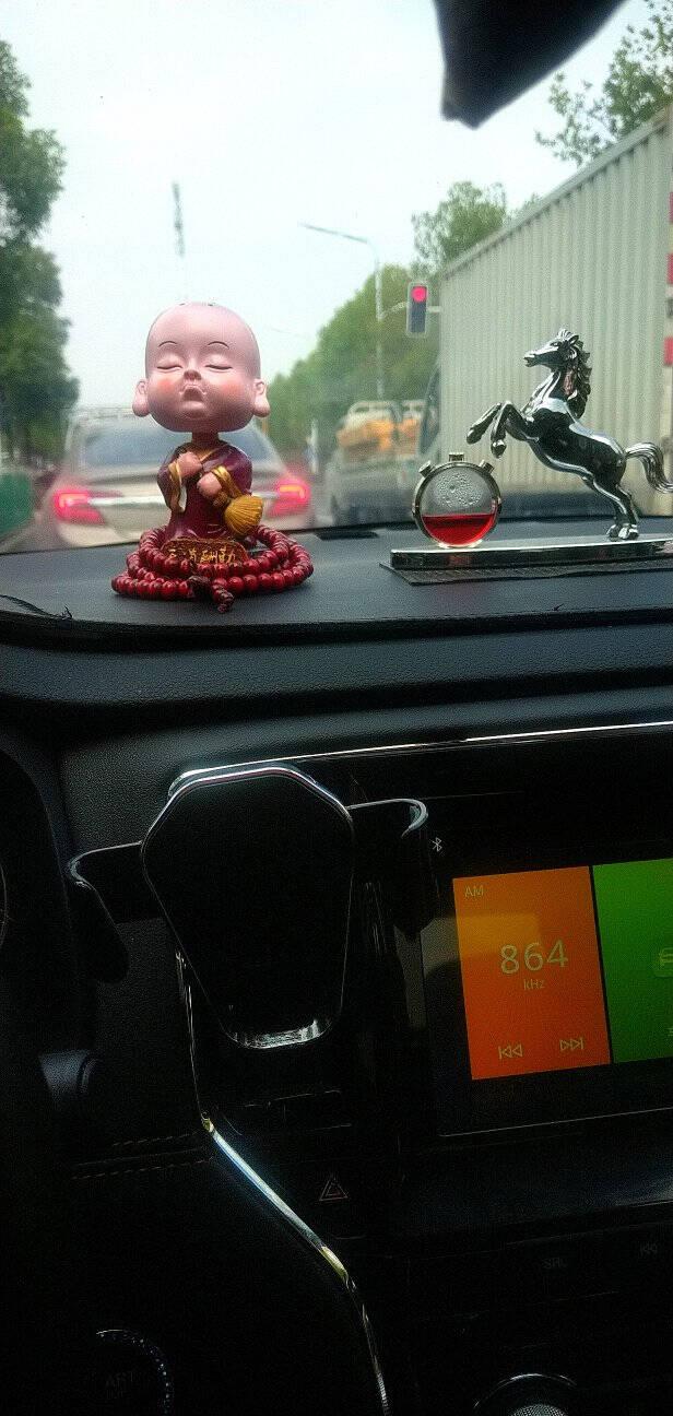 康车宝汽车摆件摇头弥勒佛像卡通小和尚挂件摆件车内装饰品一生平安