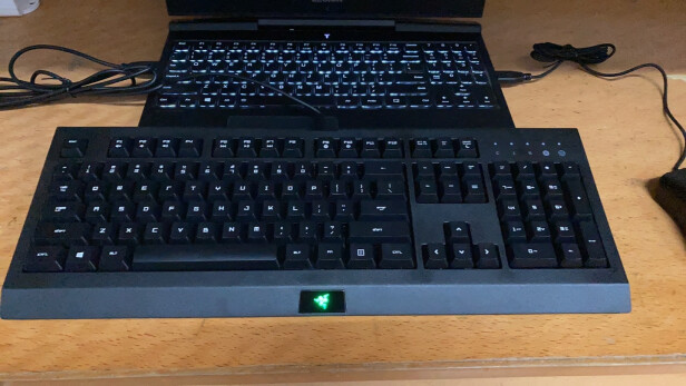 雷蛇萨诺狼蛛游戏键鼠套装与黑爵AK35I 粉白 青轴究竟区别是?,哪款做工比较好?哪个倍感舒适?