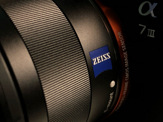 SONY SEL35F28Z跟适马35mm F1.4 DG HSM究竟有何区别,虚化效果哪款好,哪个小巧轻便